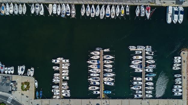 Luchtfoto bovenaanzicht van boten en jachten in moderne jachthaven van bovenaf, middellandse zee, zuid-frankrijk