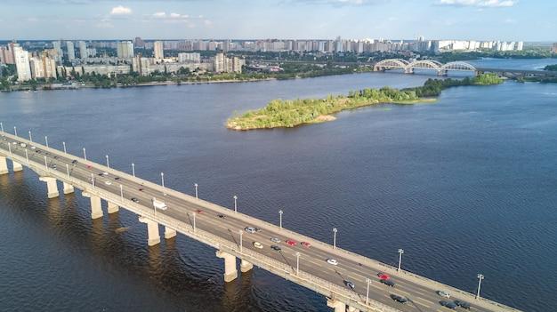 Luchtfoto bovenaanzicht van de paton-brug en de rivier de dnjepr van bovenaf
