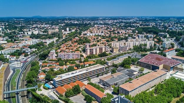 Luchtfoto bovenaanzicht van de skyline van de stad montpellier van bovenaf, zuid-frankrijk