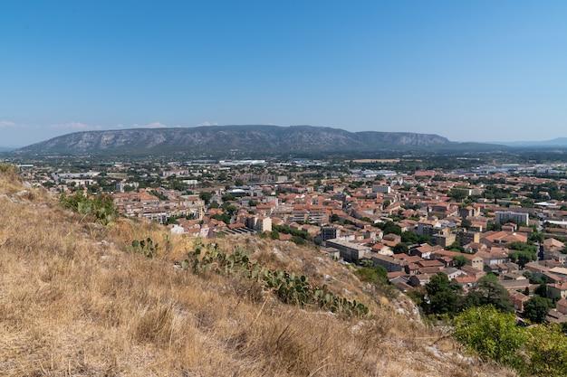 Luchtfoto bovenaanzicht van de stad cavaillon ten zuiden van frankrijk