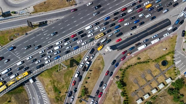 Luchtfoto bovenaanzicht van de weg kruising van bovenaf, auto verkeer en jam van veel auto's, transport concept