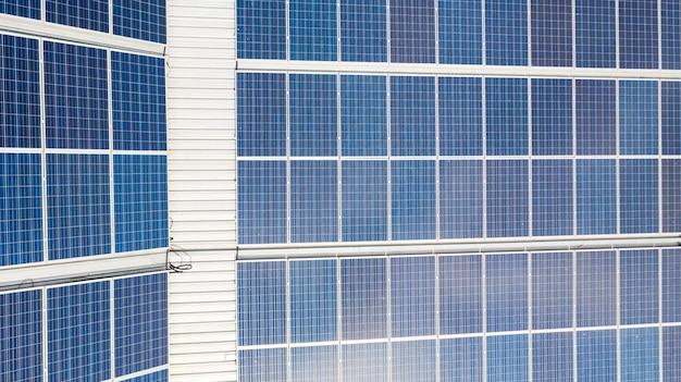 Luchtfoto bovenaanzicht van de zonnecellen op het dak