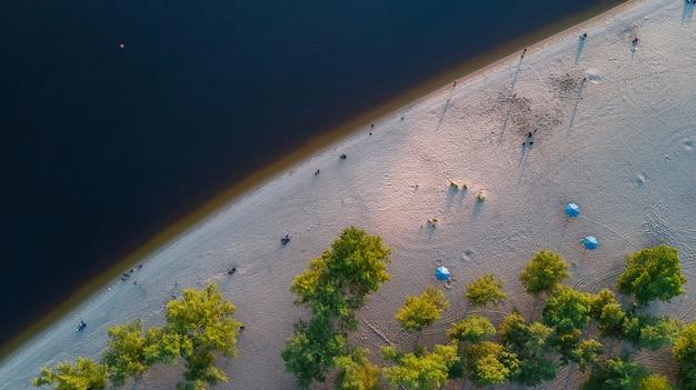 Luchtfoto bovenaanzicht van dnjepr rivierwater en zandstrand van bovenaf