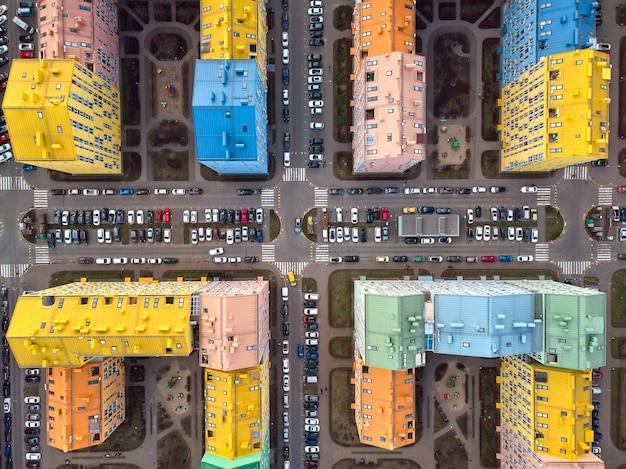Luchtfoto bovenaanzicht van een drone in de kleurrijke moderne stad. comfort stad kiev oekraïne.
