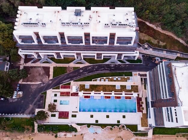 Luchtfoto bovenaanzicht van gesloten hotel op het strand in golden sands, zlatni piasaci, bulgarije,
