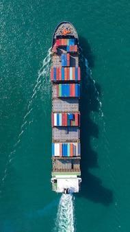 Luchtfoto bovenaanzicht van grote containervrachtschip in export en import bedrijf en logistiek op zee