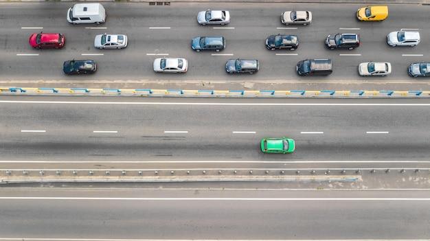 Luchtfoto bovenaanzicht van het autoverkeer van veel auto's op de snelweg, het concept van het stadsvervoer