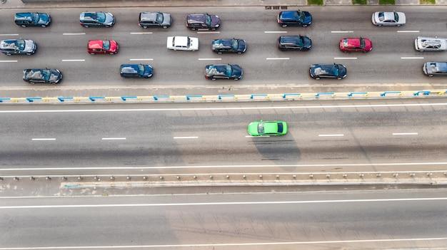Luchtfoto bovenaanzicht van het autoverkeer van veel auto's op de snelweg van bovenaf, het concept van het stadsvervoer