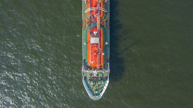 Luchtfoto bovenaanzicht van het schip met de lpg-tanker in de zeehaven