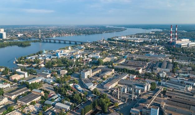 Luchtfoto bovenaanzicht van industriepark zone van bovenaf, fabrieksschoorstenen en magazijnen, industrie district in kiev (kyiv), oekraïne