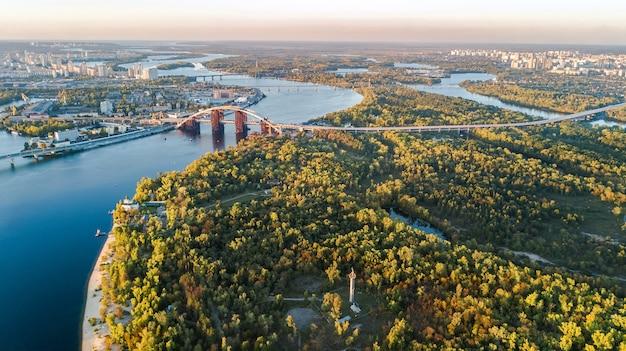 Luchtfoto bovenaanzicht van kiev, dnjepr en truchaniv eiland van bovenaf