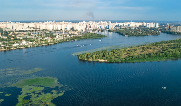 Luchtfoto bovenaanzicht van kiev, dnjepr rivier en truchaniv eiland van bovenaf, kiev skyline van de stad, oekraïne