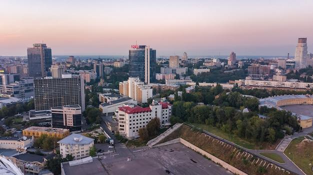 Luchtfoto bovenaanzicht van kiev skyline van de stad van bovenaf, kyiv centrum stadsgezicht
