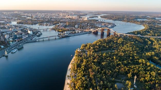 Luchtfoto bovenaanzicht van kiev stadsgezicht en parken, rivier de dnjepr, truchaniv eiland en bruggen van bovenaf, skyline van kiev, oekraïne