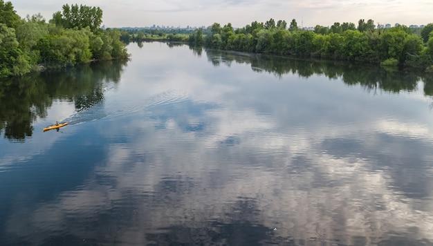 Luchtfoto bovenaanzicht van mensen kajakken, man peddelen in kajak op rivier kanotocht met plezier, actief weekend en vakantie, buiten watersport en natuur concept