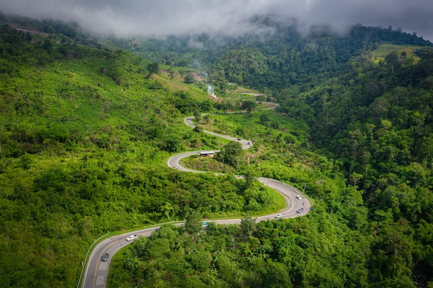 Luchtfoto bovenaanzicht van mountain and road to phu thap boek in de ochtend. phetchabun thailand.