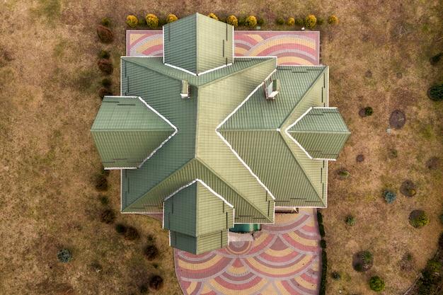 Luchtfoto bovenaanzicht van nieuw woonhuis