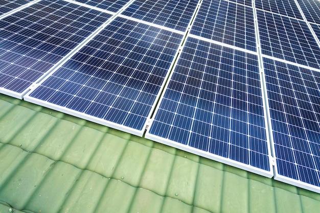 Luchtfoto bovenaanzicht van nieuwe moderne woonhuis cottage met blauw glanzend zonne-fotovoltaïsche panelen systeem op dak. hernieuwbare ecologische groene energieproductie concept.