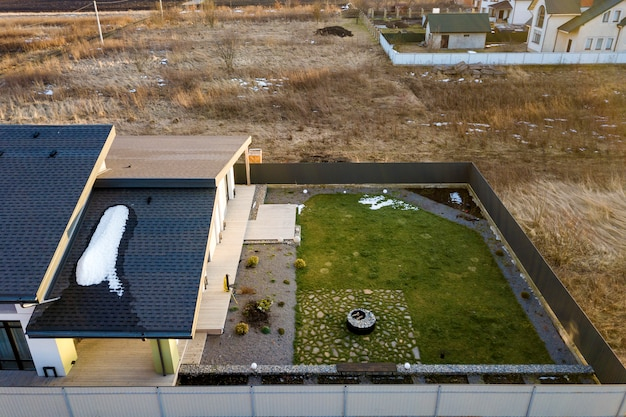 Luchtfoto bovenaanzicht van nieuwe woonhuis cottage