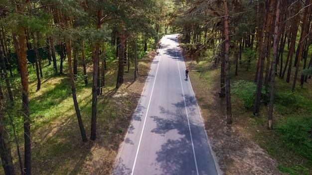 Luchtfoto bovenaanzicht van park bosweg met fietspaden van bovenaf, truhaniv eiland, kiev, oekraïne