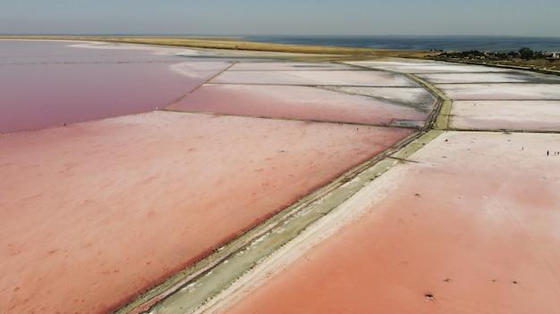 Luchtfoto bovenaanzicht van prachtige zoutmeer met roze water. uitzicht op roze meer van vliegende drone. drone helikopter fotografie van bovenaf. landschap met drone