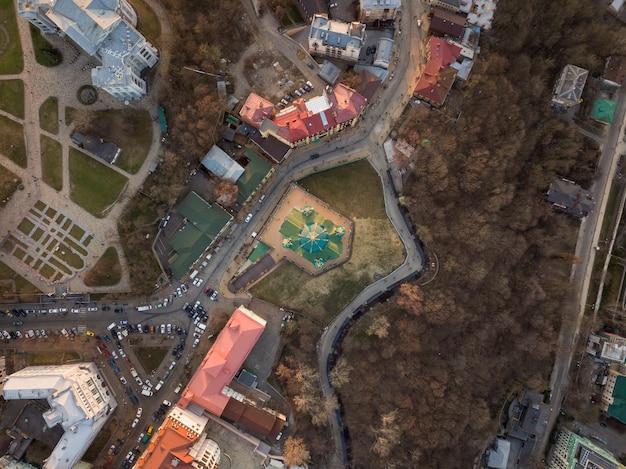 Luchtfoto bovenaanzicht van saint andrew's kerk en andreevska straat van bovenaf in kiev stad, oekraïne. drone foto
