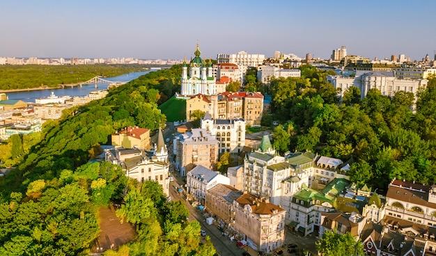 Luchtfoto bovenaanzicht van saint andrew's kerk en andreevska straat