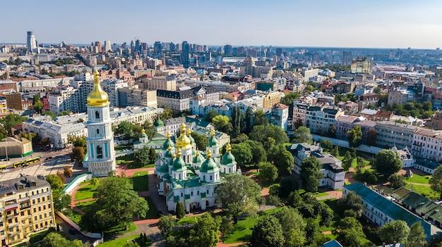 Luchtfoto bovenaanzicht van st sophia kathedraal en kiev skyline van de stad van bovenaf, kiev stadsgezicht, hoofdstad van oekraïne