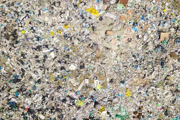 Luchtfoto bovenaanzicht van vliegende drone van grote stapel vuilnis.