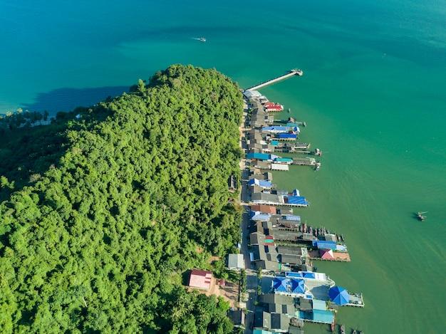 Luchtfoto bovenaanzicht van vliegende drone van vissersdorp