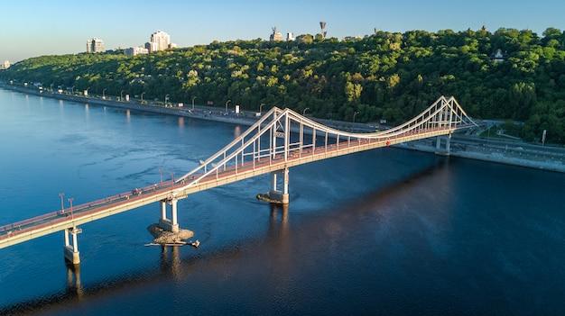 Luchtfoto bovenaanzicht van voetgangers park brug en dnjepr rivier van bovenaf, stad van kiev, oekraïne