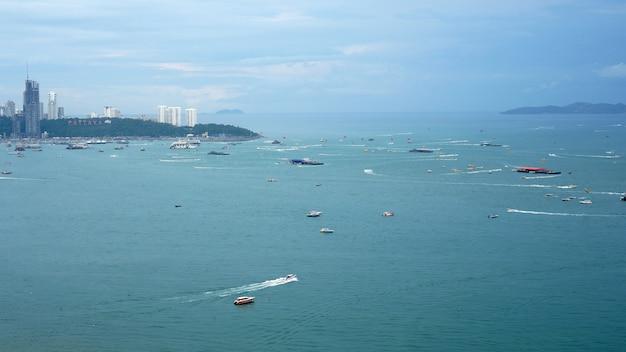 Luchtfoto bovenaanzicht. veel zeilen, motor, speedboten, zeilschepen, zeilboten in pattaya city, thailand.