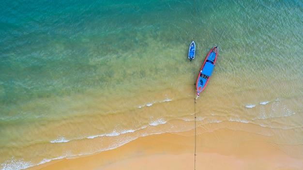 Luchtfoto bovenaanzicht, vissersboot, toeristische boot drijvend op een ondiepe zee