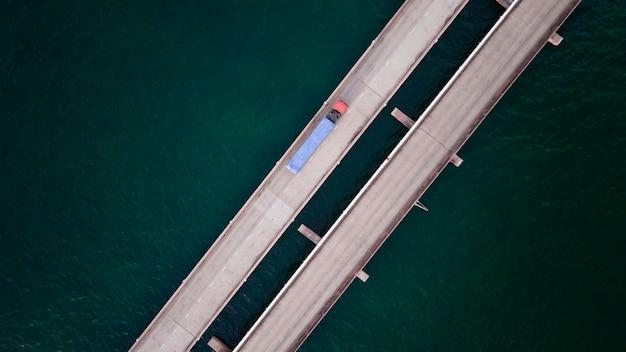 Luchtfoto bovenaanzicht vrachtwagen met vrachtlogistiek