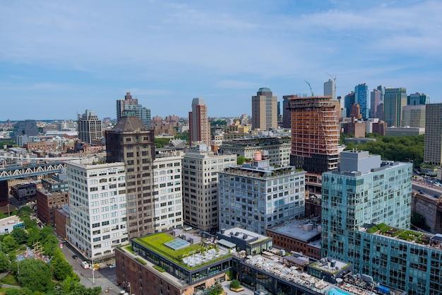 Luchtfoto brooklyn bridge in de majestueuze skyline van het centrum van brooklyn in new york in de vs