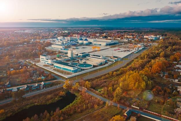 Luchtfoto - chinese papierfabriek in wit-rusland in de herfst landschap