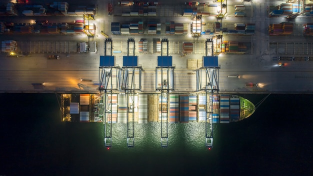 Luchtfoto containerschip met lading dozen