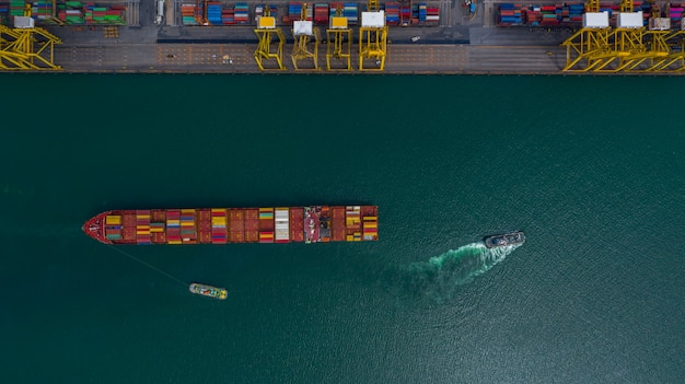 Luchtfoto containerschip uitvoering container in import export zakelijke logistiek en transport van internationaal per containerschip in de open zee.
