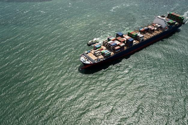 Luchtfoto containervrachtschip import export bedrijf commerciële handel logistiek en transport van internationaal per containervrachtschip in de open zee,