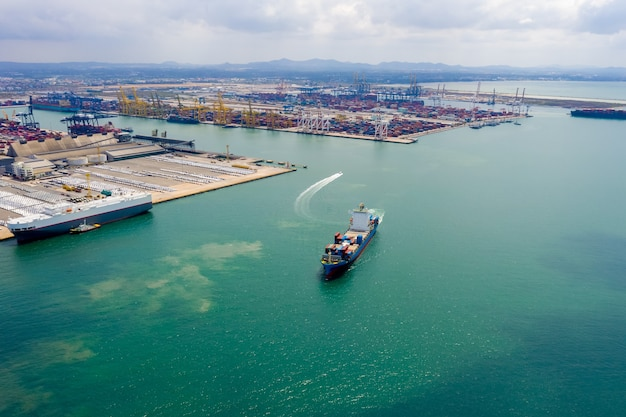 Luchtfoto containervrachtschip in import export zakelijke dienstverlening commerciële handel logistiek en transport internationaal per containervrachtschip in de open zee,