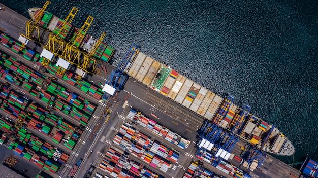 Luchtfoto containervrachtwagen lossen in import export bedrijf