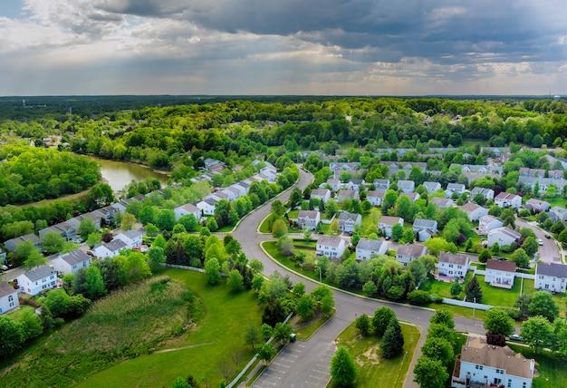 Luchtfoto daken van de nabij een rivier gelegen herenhuizen east brunswick in het stadslandschap