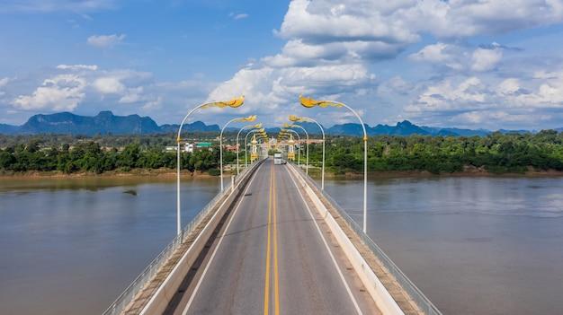 Luchtfoto derde thaise laos vriendschapsbrug, mekong rivierbrug, nakhon phanom, thailand.