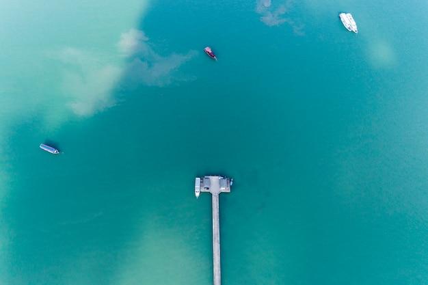 Luchtfoto drone bird's eye view foto top down van kleine brug naar de zee in phuket thailand