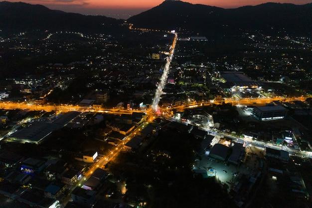 Luchtfoto drone nacht schot van straat kruispunt.