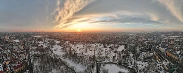 Luchtfoto drone panorama-view van chisinau, moldavië bij zonsondergang.