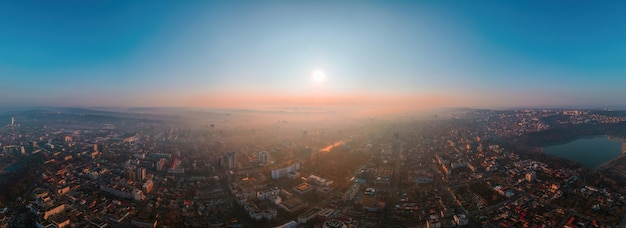 Luchtfoto drone panorama-view van chisinau, moldavië bij zonsopgang.