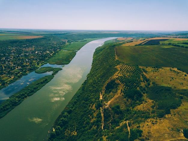 Luchtfoto drone rivier en heuvels tijdens de zomer op een zonnige dag.