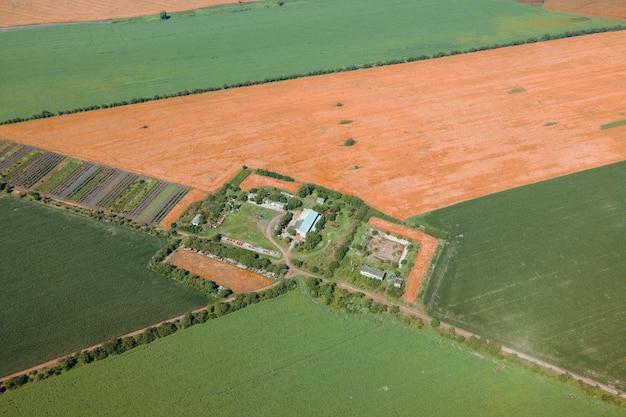 Luchtfoto drone shot van boerderij tussen groene velden op het britse platteland vogelperspectief van oogst f...