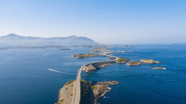 Luchtfoto drone shot van de verbazingwekkende en wereldberoemde atlantische weg in noorwegen.